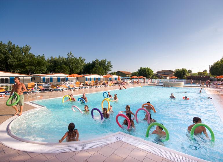 Camping famiglie marche campeggi per famiglie camping fano mare blu - Campeggi con piscina marche ...
